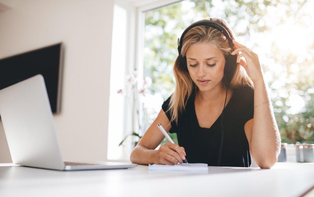 Mujer joven estudiando idiomas desde casa